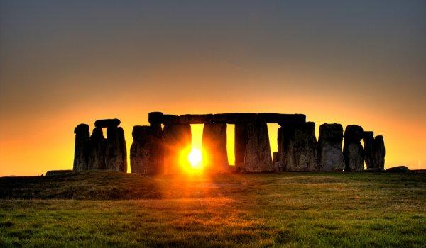 Stonehenge_sunrise