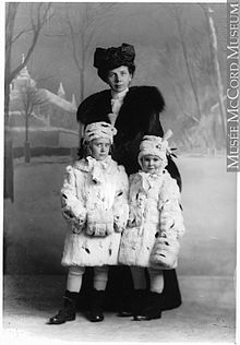 220px-Lady_Marguerite_Allan_and_her_two_eldest_daughters,_Montreal,_1906