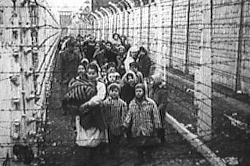 Eva_and_miriam_kor_at_liberation_of_auschwitz
